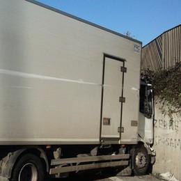 Zig zag, poi il camion si schianta sull'Asse Autista indagato: guida in stato d'ebbrezza