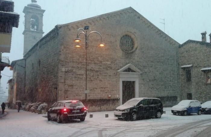 Piazza Paradiso con il Santuario del paradiso a Clusone