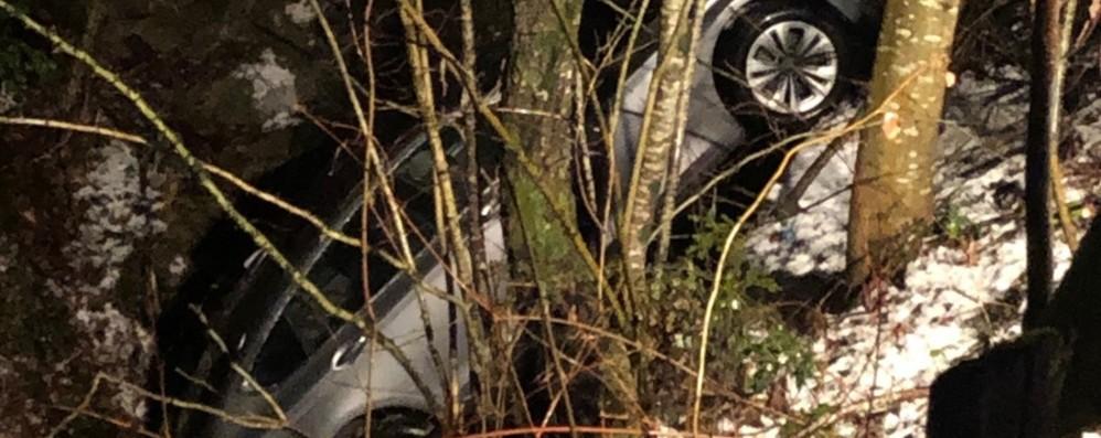 Neve e ghiaccio, asfalto insidioso Auto finisce nella scarpata, un ferito