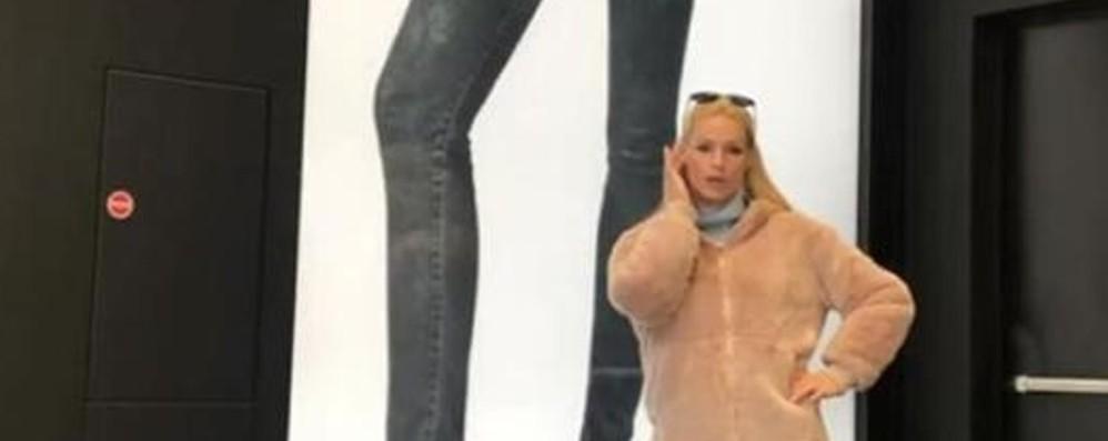 Scherza con la gigantografia di Aurora Michelle a spasso a Orio al Serio