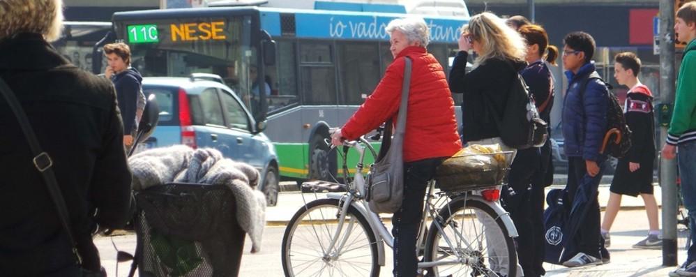 Bici anche contromano, no fumo in auto Nuovo codice della strada, skate compresi