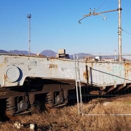 Demoliti i  vagoni dello scalo merci La polemica: che spreco di soldi