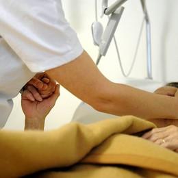 Ruba il cellulare a una malata in ospedale La paziente grida, l'infermiera lo blocca