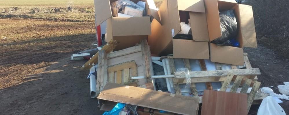 Abbandonano ingombranti a Osio Sotto Presi da un curriculum lasciato tra i rifiuti