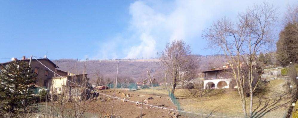 Bruciano sterpaglie ai Colli di San Fermo Fiamme vicino a una casa, nessun ferito