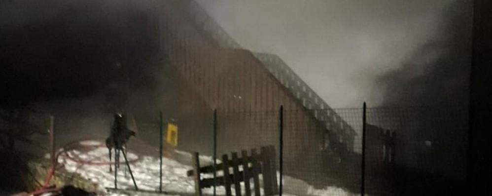 Incendio a Teveno di Vilminore  Tetto in fiamme, pompieri al lavoro