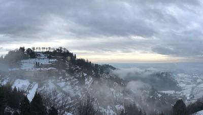 «Dalla nebbia riemergono i colli imbiancati...»