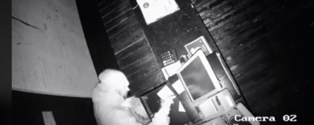 Ladro in azione al Keller di Curno Caccia all'uomo con un video sui social