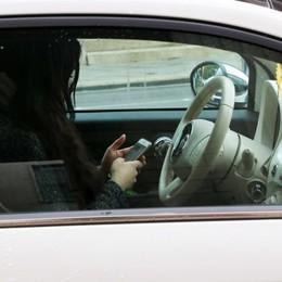 La Polstrada chiede il pugno duro «Via la patente a chi guida con il cellulare»