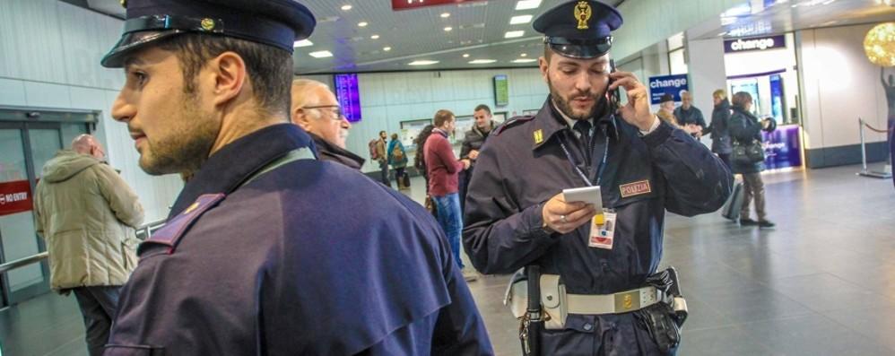 Orio, documenti falsi per volare a Londra Fino a 13 mila euro a clandestino: 4 arresti