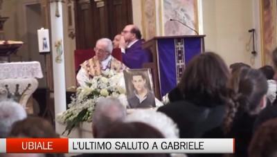 Ubiale piange Gabo: folla di ragazzi  per l'ultimo saluto al giovane