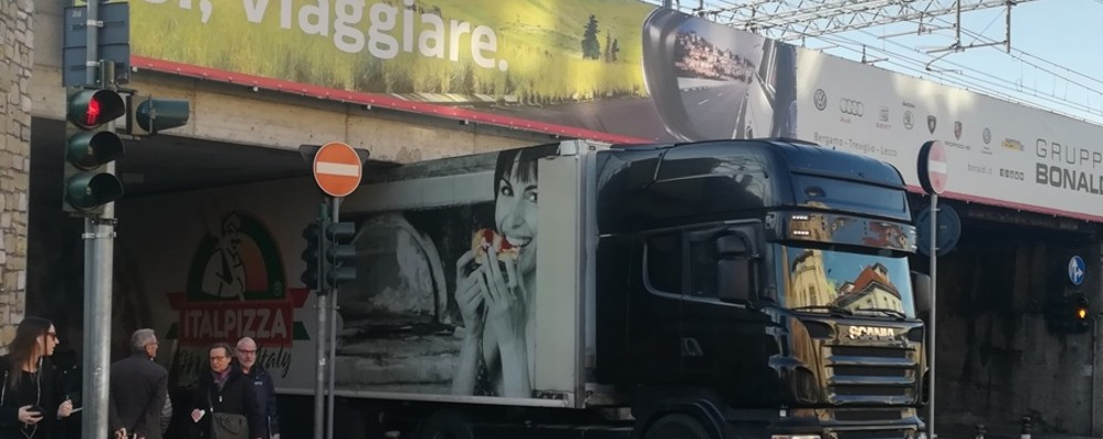 Camion fermo sotto il cavalcavia Mattinata di code in via Autostrada