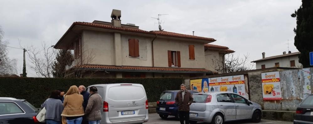 Padre di 5 figli muore fuori dal municipio Malore in auto per un 48enne a Bonate