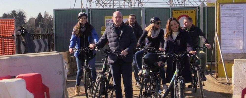 In bici sul ponte San Michele «Mobilità alternativa contro i disagi»