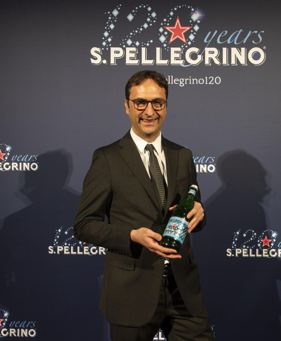 Il presidente e amministratore delegato del gruppo Sanpellegrino Federico Sarzi Braga mostra la bottiglia diamante