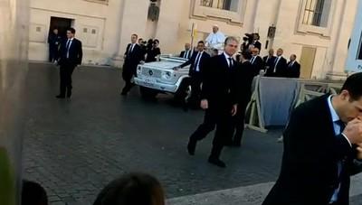 Francesco ferma la Papamobile e fa salire i bimbi di Ponte San Pietro