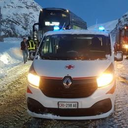 Orio-Parigi, bus bloccato nella neve Moncenisio: notte al gelo per 25 persone