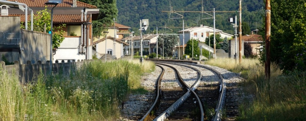 Bloccata la linea Lecco-Bergamo-Brescia Cisano, camion perde il carico sui binari