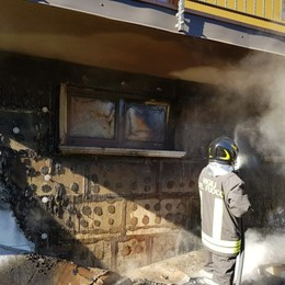 Prende fuoco una legnaia a Casnigo Due squadre dei vigili del fuoco in azione