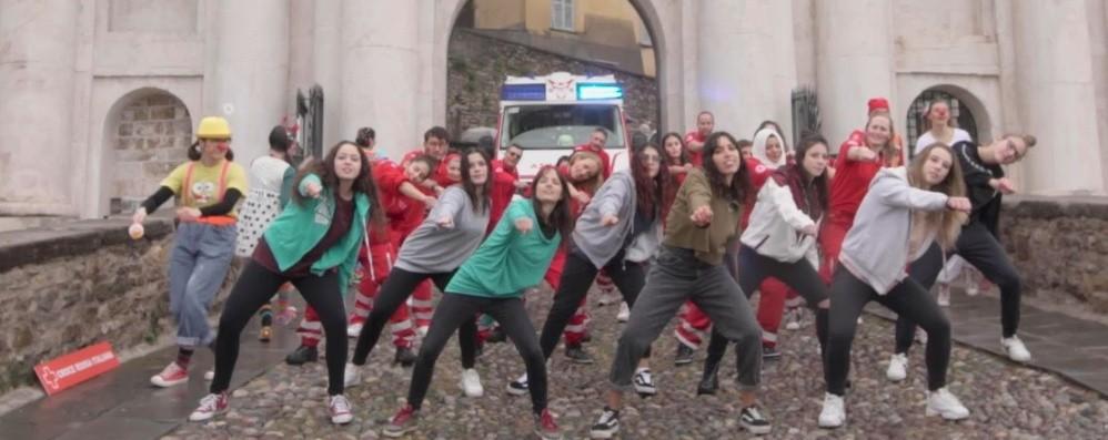 Il volontariato è  gioco di squadra-Video Città Alta, il falsh mob della Croce Rossa