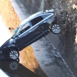 La folle fuga sull'Audi rubata finisce nella roggia, ma il ladro non sa nuotare