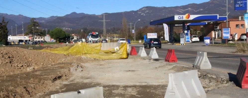 Escavatore rompe conduttura Acqua a singhiozzo a Mozzo e Valbrembo