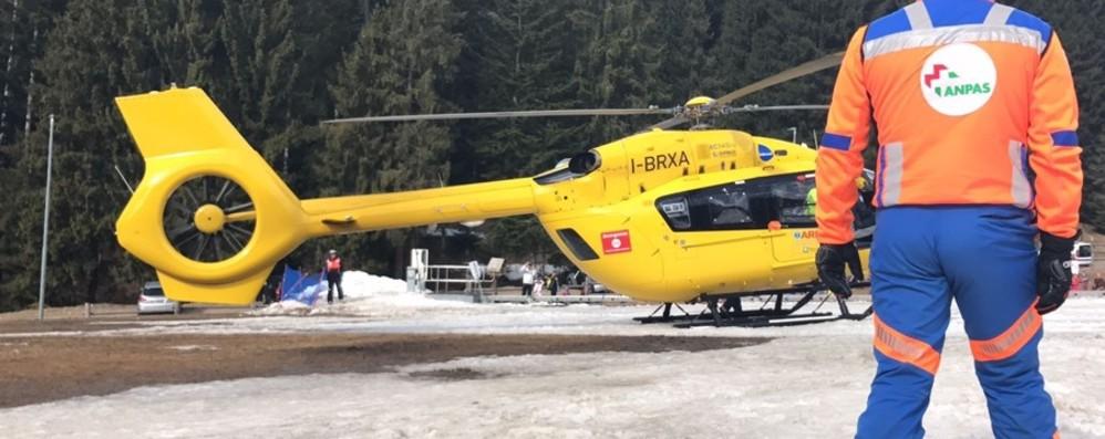 Gromo, bimbo cade sulla pista di ghiaccio Rotta tibia e perone, in ospedale con l'elicottero