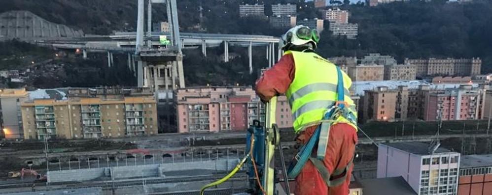 Ponte Morandi, iniziata la demolizione Un'azienda bergamasca all'opera