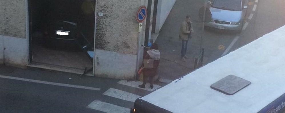 Treviglio, per evitare l'impatto con un bus auto sfonda vetrina di un negozio -Foto