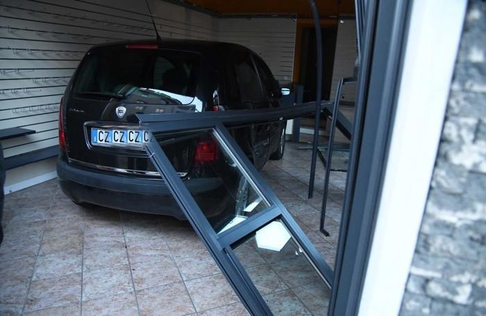 inc treviglio auto dentro negozio
