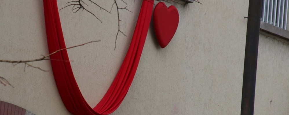 Curno si tinge di rosso per l'addio a Marisa Lutto cittadino e un minuto di silenzio