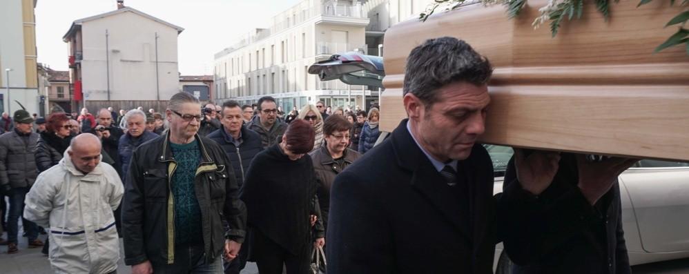 Drappi rossi per l'addio a Marisa Mamma Giusi: ora ci aspettiamo giustizia
