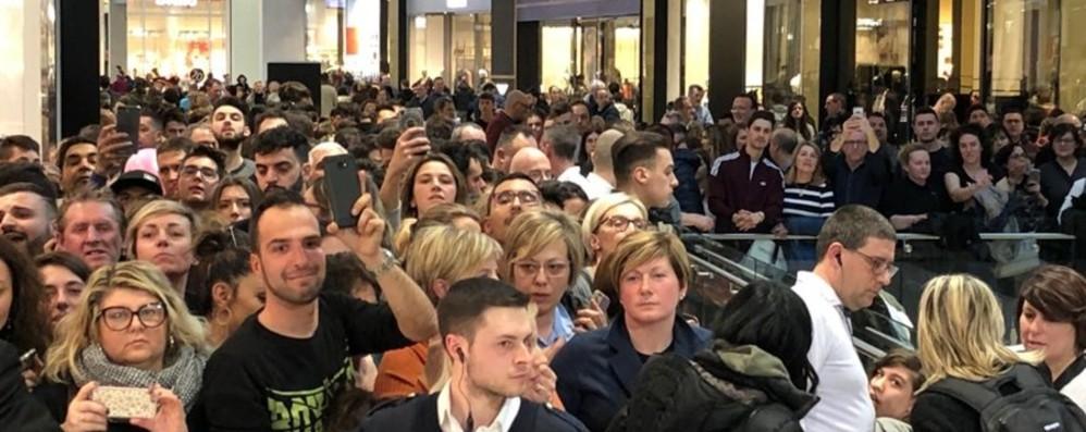 Oriocenter invaso dai fan di Fedez Oltre duemila in coda per foto e autografi