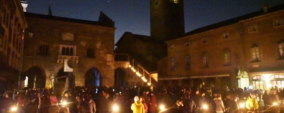 «M'illumino di meno» fa il pienone L'incanto  in Città Alta - Foto e video