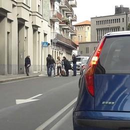 Bergamo, 57enne investita in via Mai Finisce con il capo nel parabrezza
