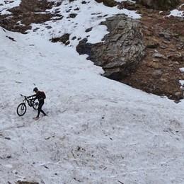 Domenica in montagna? C'è chi sulla neve... va in bici