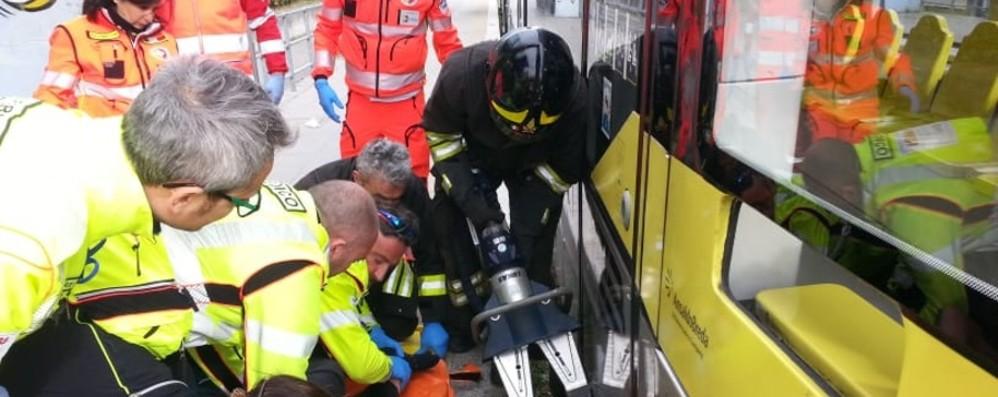 Torre Boldone, incidente alla fermata  Ragazzo incastrato nei binari del tram