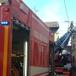 Brucia un cascinale, due case inagibili Incendio in centro a Mozzanica