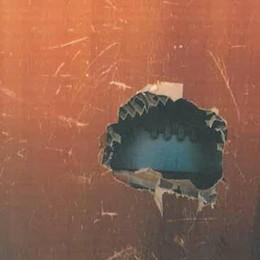 Buco nella porta degli spogliatoi Vandali alle scuole di Cisano