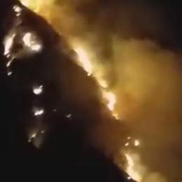 Bruciano gli Orridi della Val Taleggio Alte fiamme e cadono sassi: strada chiusa