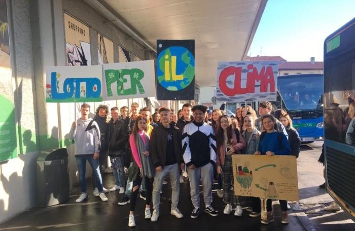 Gli studenti del Lorenzo Lotto all'arrivo in manifestazione con il loro slogan