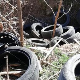 Osio Sotto, nella giornata dell'ambiente copertoni abbandonati nei campi