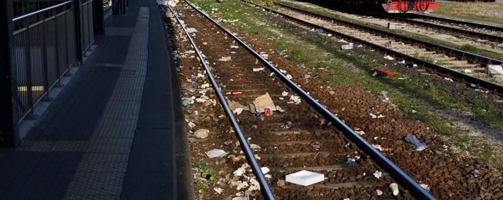 Stazione, ancora degrado Tra i binari una marea di rifiuti