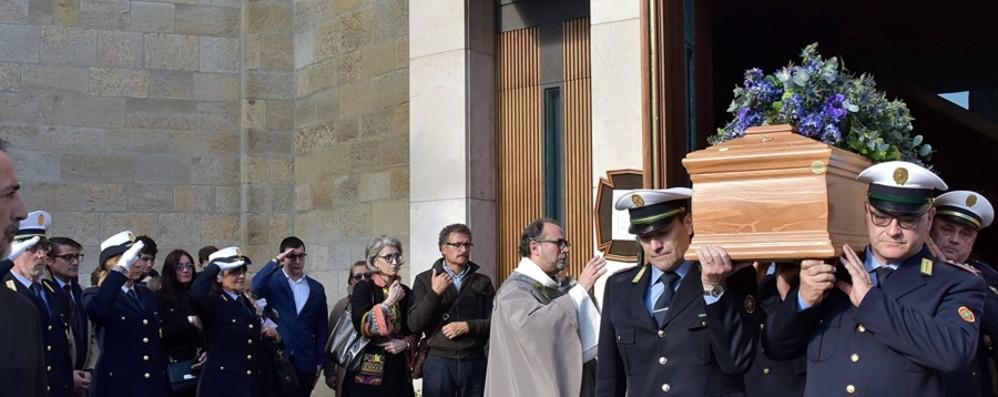 Folla ai funerali di Francesco Brignone Il cappello d'alpino anche sulla bara