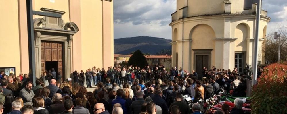 Le canzoni di Ligabue e palloncini bianchi Villongo commossa saluta Nicola Costa