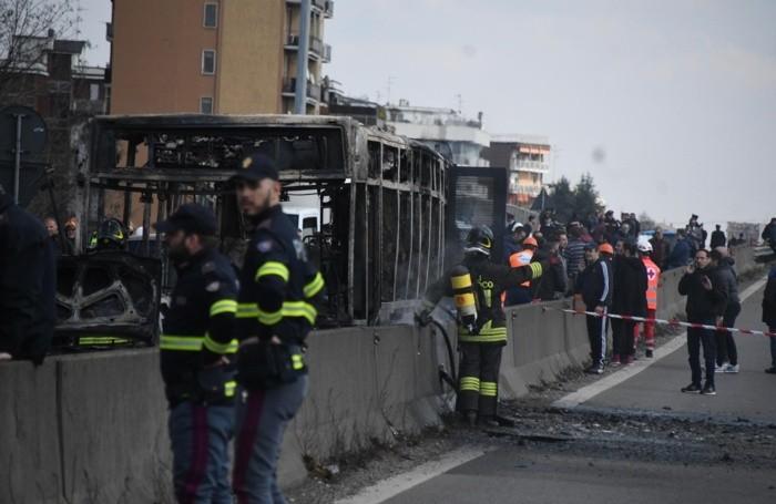 Il bus di linea dato alle fiamme a Milano, 20 marzo 2019. ANSA/DANIELE BENNATI