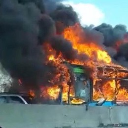 Autobus con 51 studenti dirottato e bruciato «È stato un miracolo, grazie ai carabinieri»