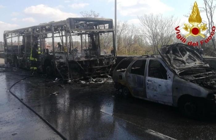 Il bus di linea dato alle fiammesulla strada provinciale 415 all'altezza di San Donato Milanese (Milano