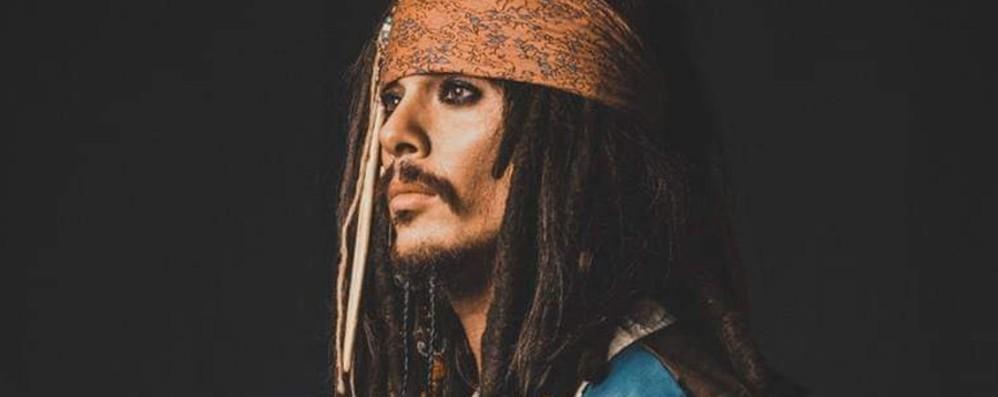 Il bancario sosia di Johnny Deep Andrea aiuta i deboli come Jack Sparrow