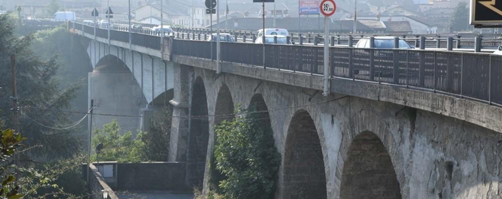 Ponte di Trezzo, limiti al traffico pesante E a Pasqua scatterà la chiusura per lavori